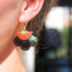 Boucles d'oreille orange avec plume
